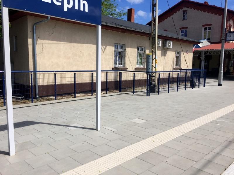 Balustrada opasująca peron